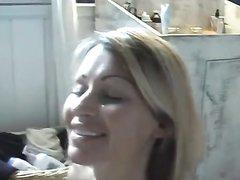 Ласковая блондинка в видео встала на колени для любительской мастурбации члена