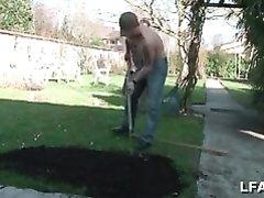Зрелая француженка пригласила домой для любительского секса молодого садовника