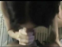 Грудастая брюнетка строчит любительский минет от первого лица в горячем видео