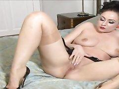 Упитанная зрелая брюнетка в чулках снялась в видео с домашней мастурбацией