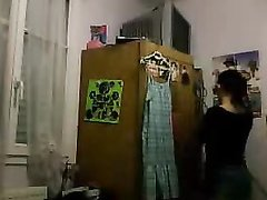 Фигурная домохозяйка напротив вебкамеры онлайн раздевается до нижнего белья