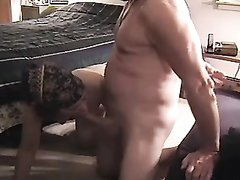 Утром после завтрака супруга просит домашнего секса и встаёт на карачки