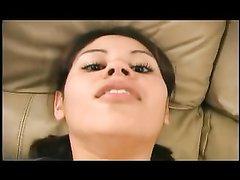 Латинская красотка с широкими бёдрами в домашнем видео отдалась на диване
