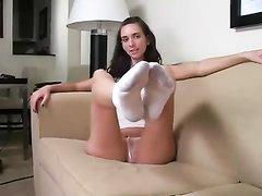 Молодая шалава в домашнем видео дразнит ногами поклонников фут фетиша