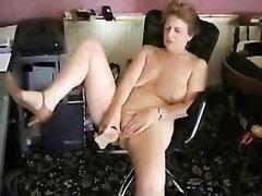Одинокой зрелой развратнице в домашней мастурбации помогает секс игрушка