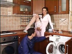 Русская зрелая домохозяйка в жарком видео соблазнила молодого сантехника