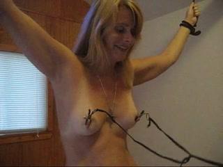 Домашний БДСМ с привязыванием и мастурбацией от зрелой блондинки снят на видео