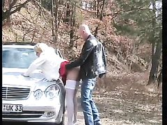 Зрелая авто леди на природе дрочит киску секс игрушкой и отдаётся пассажиру