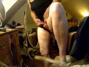 Зрелая и упитанная дама в любительском видео с подглядыванием дрочит киску