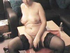 Зрелая толстуха с волосатой киской для домашней мастурбации купила секс игрушку