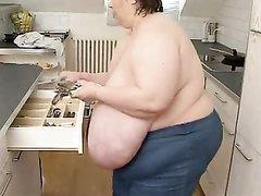 Толстая и зрелая домохозяйка в жарком видео огромными сиськами ублажает гостя