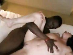 Белая замужняя дама получает кайф от домашнего секса с негром в тайне от мужа