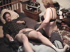 Пригласив коллегу зрелая женщина добилась любительского секса с минетом