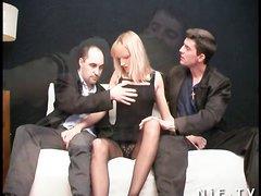 Двойное проникновение удовлетворила французскую блондинку в домашнем видео