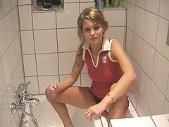 Немецкая красотка в домашнем видео зашла в ванную для мастурбации киски