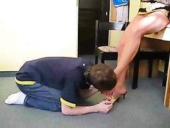 Загорелая блондинка в любительском видео киской трахает рот парня в маске