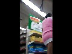 Подглядывание под юбку толстухи в любительском видео снятом в магазине