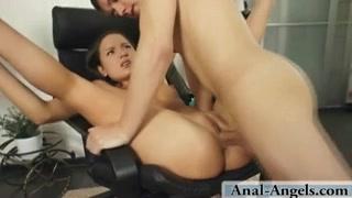 Молодая шлюха дрочит киску перед любительским анальным сексом с глубокой глоткой