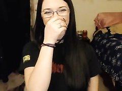 Очкастая красотка с большой попой в домашнем видео показывает бритую киску