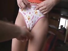 Молодая кокетка в домашнем видео по просьбе поклонника спустила трусики