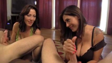 Латинка в видео просит подругу показать технику любительской мастурбации члена