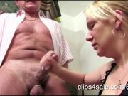 Молодая немка в домашнем видео жёстко мастурбирует член зрелого чувака