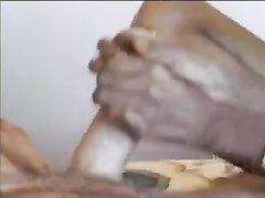Смуглянка в любительском видео дрочит волосатую киску и белый член туриста