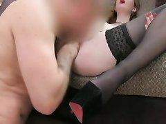 Рыжая шалава на собеседовании соглашается на секс с любительским куни