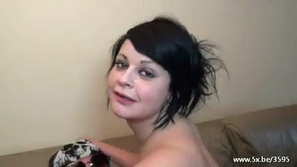 Молодая нимфоманка в любительском групповом видео трахается во все дырки