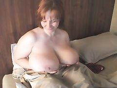 Зрелая толстуха с огромными сиськами в любительском видео позирует в соло сцене