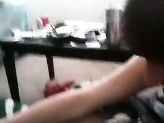 Белая дамочка отсасывает чёрный член в любительском видео и делает глубокую глотку