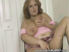 Красивая зрелая леди в домашнем видео дрочит киску и член большими сиськами