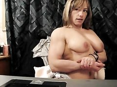 Накаченная зрелая леди в домашнем видео снимает нижнее бельё и показывает сиськи