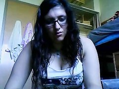 Очкастая красотка онлайн по вебкамере показывает идеальные сиськи любовнику