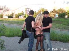 Двое пикаперов уговорили блондинку в чулках попробовать уличный секс втроём