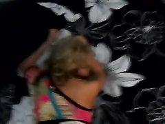 Красивая домохозяйка жадно сосёт член перед анальным сексом на карачках