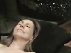 Очкастая шлюха отсасывает член в любительском видео для окончания на лицо