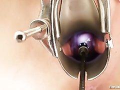 Зрелый доктор в любительском видео на осмотре дрочит дырочки красивой посетительницы