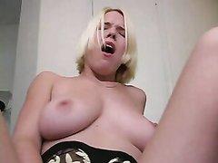 Влажная блондинка для домашней мастурбации приобрела новую секс игрушку