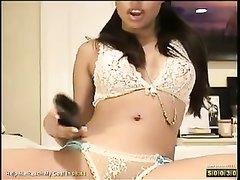 Смуглая азиатка в нижнем белье для домашней мастурбации купила секс игрушку