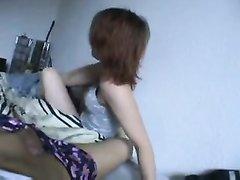Видео с домашним минетом от молодой жены обожающей сосать член супруга