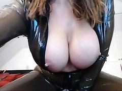 Любительская мастурбация зрелой развратницы в латексе в горячем видео крупным планом