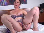 Зрелая домохозяйка не снимая трусиков дрочит киску пальчиками и секс игрушкой