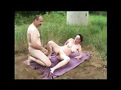 Немецкая зрелая пара уехала подальше от города для любительского секса на свежем воздухе