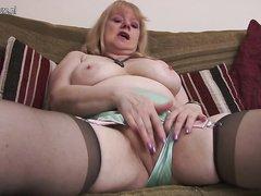В жаркой соло сцене зрелая британка достала секс игрушку для любительской мастурбации