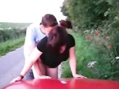 Возле дороги рыжая проститутка у красного авто наслаждается любительским сексом