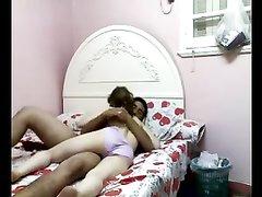 В постели утром арабская парочка наслаждается домашним сексом с минетом