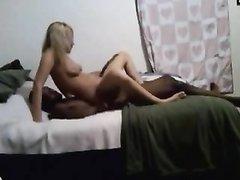 Негр и худая блондинка на белой простыни наслаждаются любительским сексом