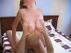 Влюблённая парочка каждое утро начинает с бодрящего секса в своей постели
