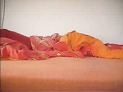 Возбуждённая дамочка на видео со скрытой камеры наслаждается любительской мастурбацией